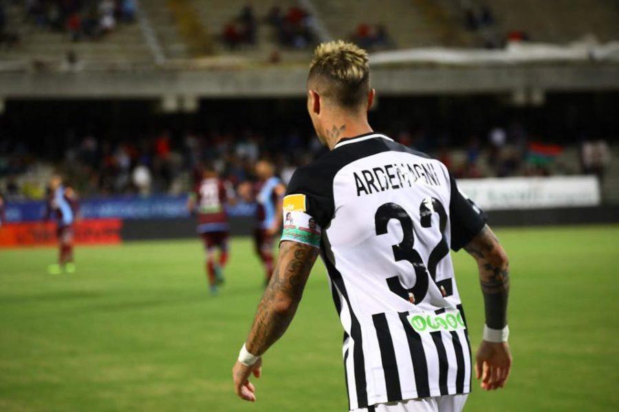Matteo Ardemagni indossa la fascia di capitano della Fondazione Polito durante la sfida Salernitana-Ascoli